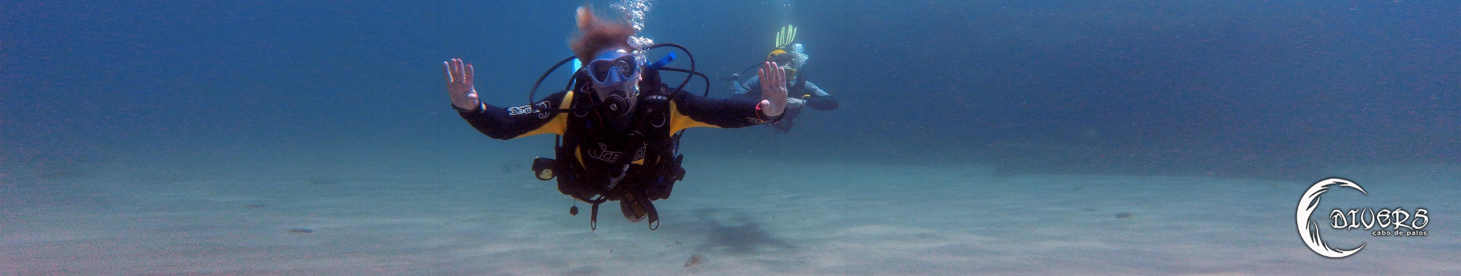 Buzos practicando flotabilidad en Cala Fría